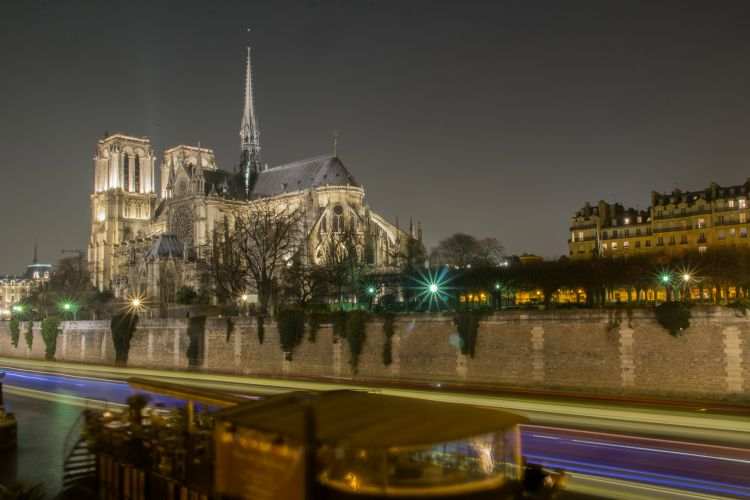 Night Immersion in the center of Paris
